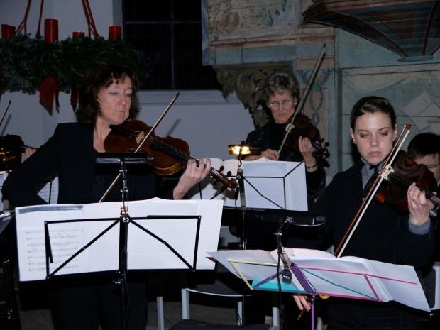 Anne Jurzok, Solistin in Vivaldi Concerto Grosso in G-moll; Christina Clef und Maria Salz, 2. Geigen